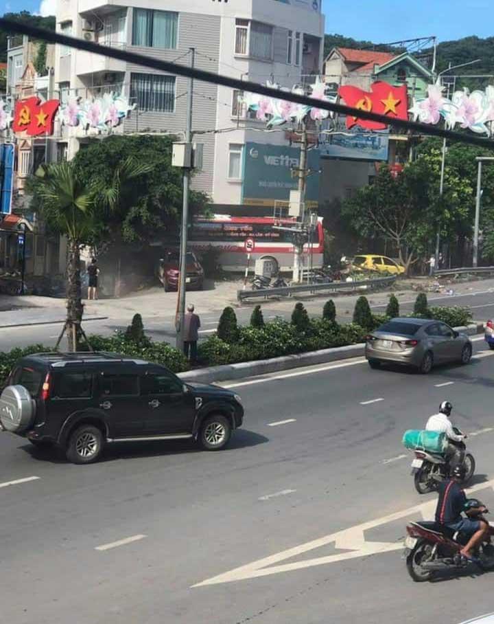 Lại thêm 1 tai nạn nghiêm trọng: Xe khách nổ lốp băng qua đường đâm hàng loạt xe máy rồi lao vào nhà dân ở Quảng Ninh-4