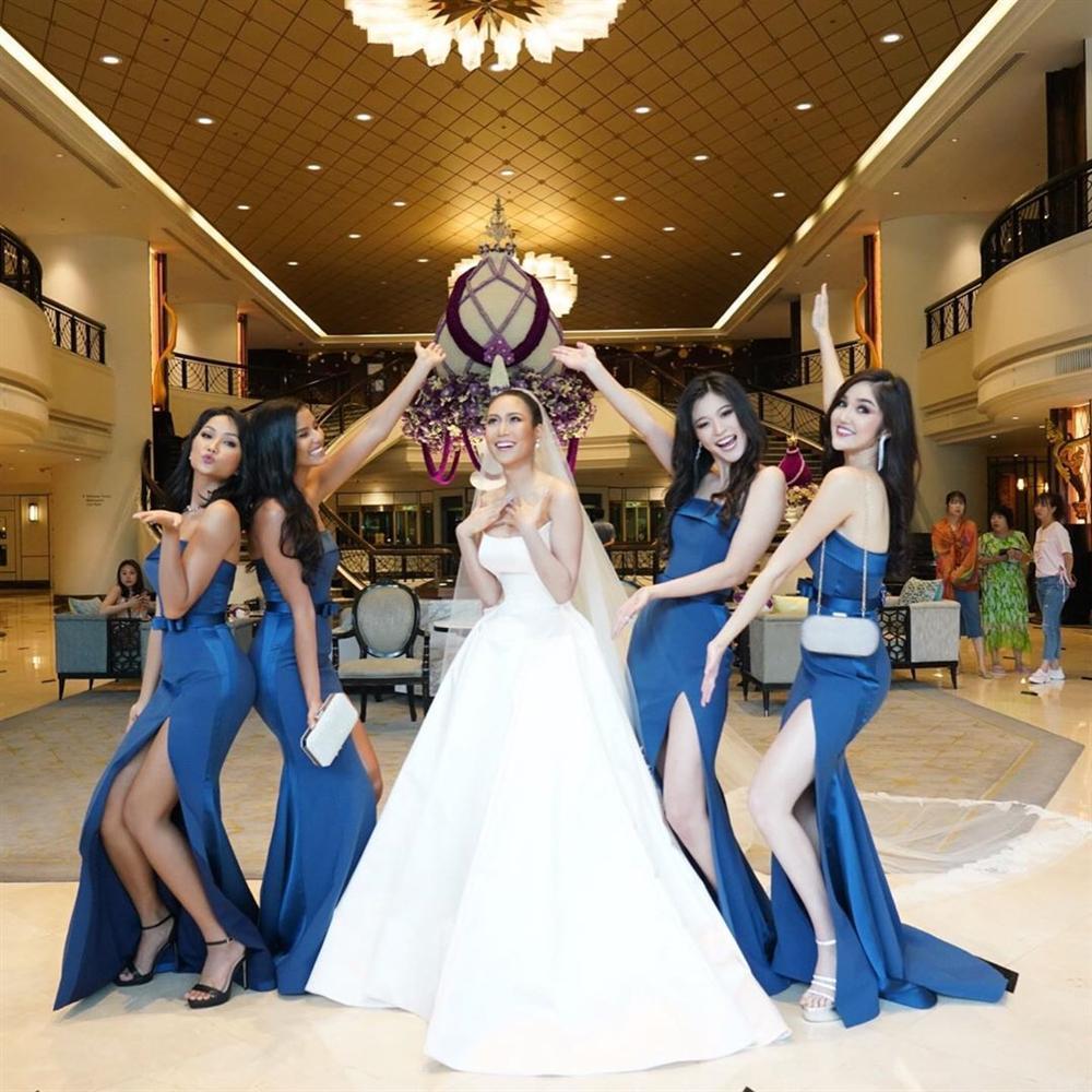 Dàn phù dâu của Hoa hậu Hoàn vũ Thái Lan: HHen Niê xinh đẹp với tóc dài nhưng lại lộ điểm bất thường-6