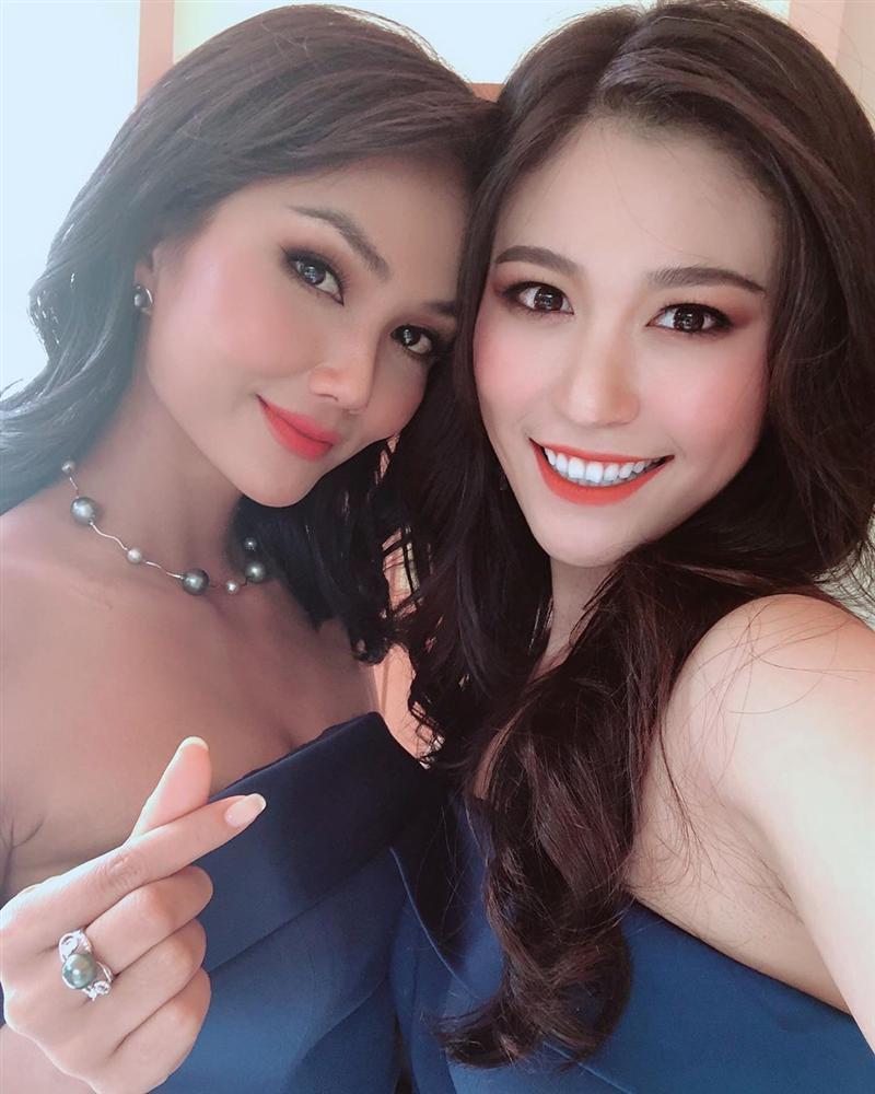Dàn phù dâu của Hoa hậu Hoàn vũ Thái Lan: HHen Niê xinh đẹp với tóc dài nhưng lại lộ điểm bất thường-10