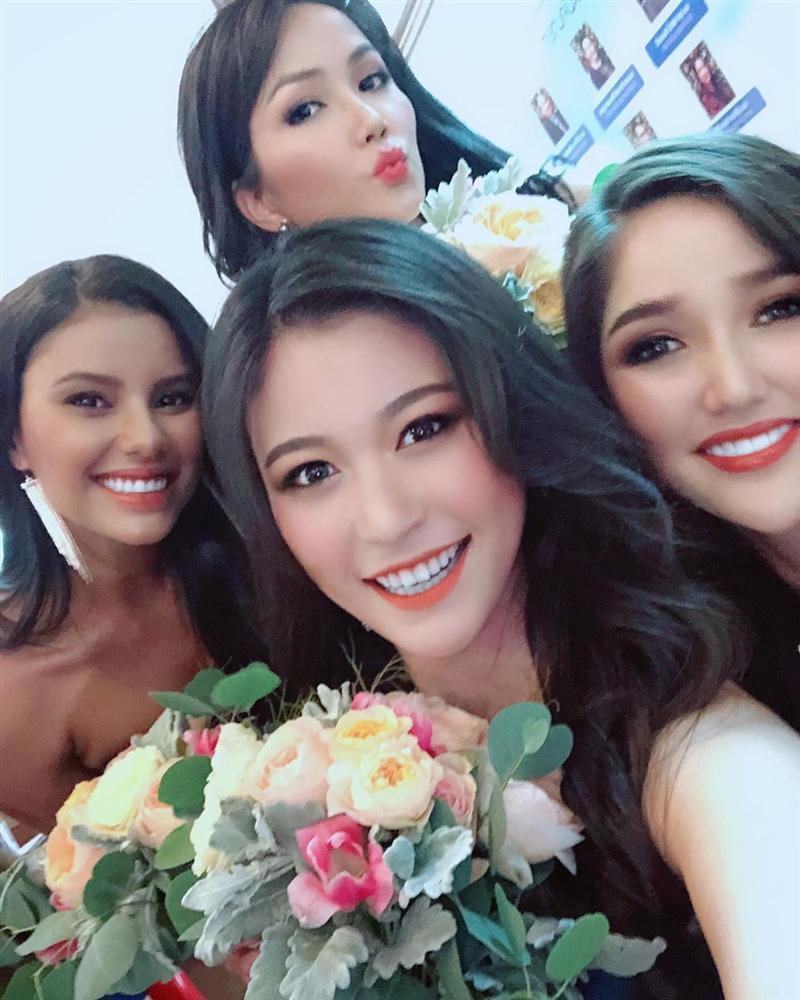 Dàn phù dâu của Hoa hậu Hoàn vũ Thái Lan: HHen Niê xinh đẹp với tóc dài nhưng lại lộ điểm bất thường-9