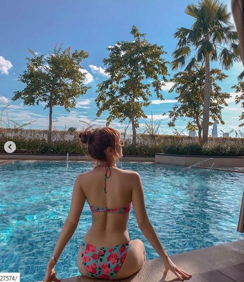 Minh Hằng diện bikini hoa lá phô diễn vòng 1 tràn trề bên bể bơi-2