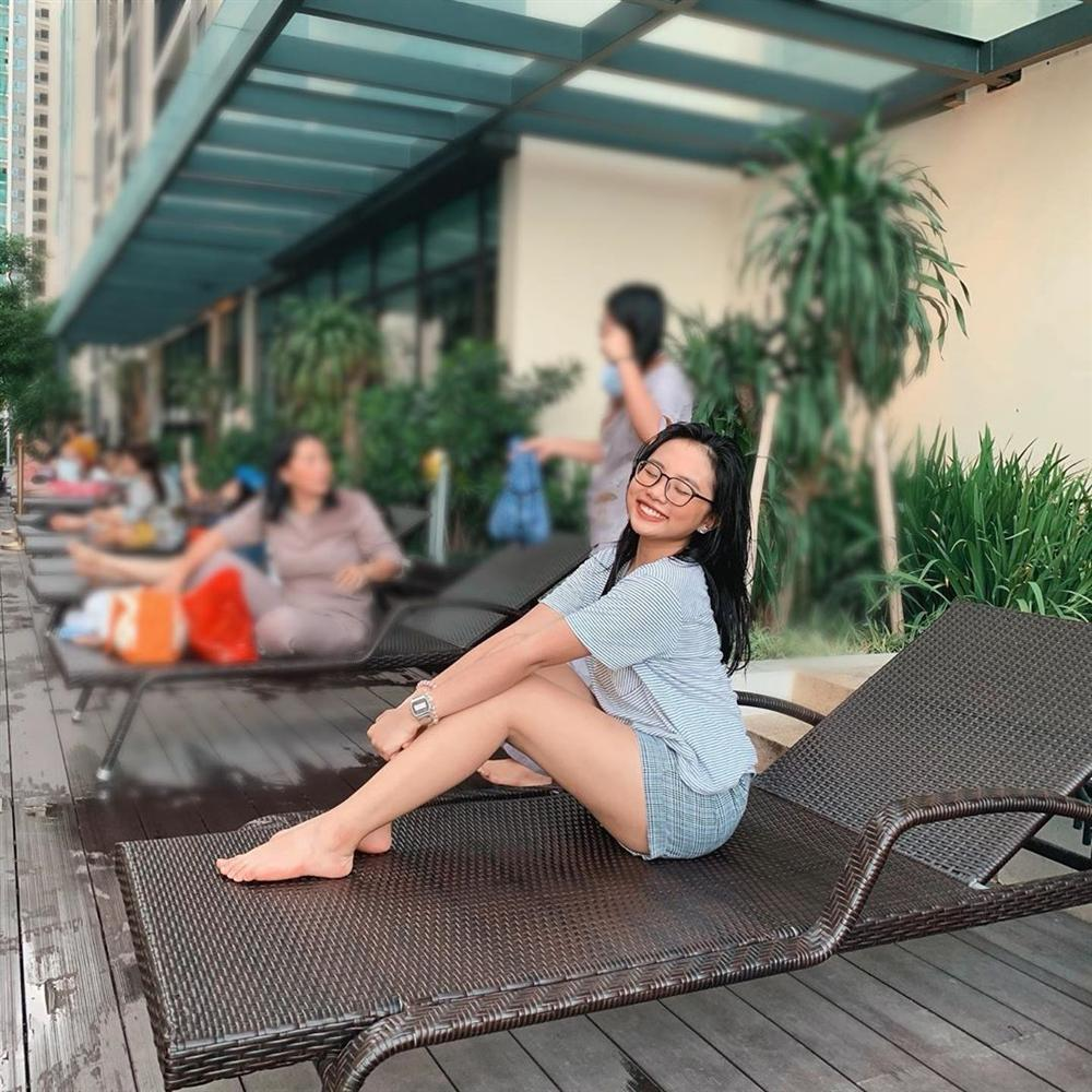 Minh Hằng diện bikini hoa lá phô diễn vòng 1 tràn trề bên bể bơi-11