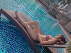 Minh Hằng diện bikini hoa lá phô diễn vòng 1 tràn trề bên bể bơi