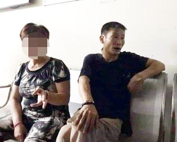 Vợ vi phạm giao thông vì chở 3 không đội mũ bảo hiểm, chồng cầm đá tấn công đại uý CSGT nhập viện-2