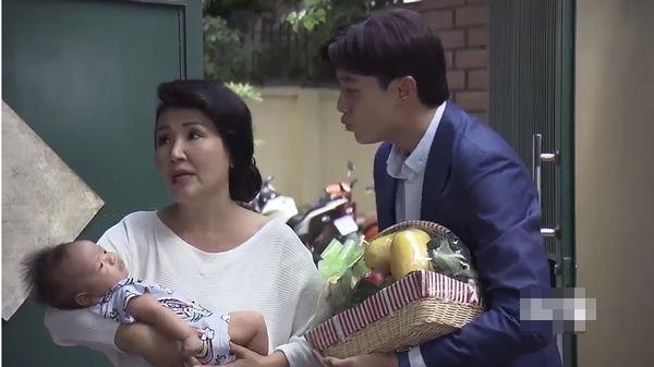 Bắt lỗi sai ngớ ngẩn phim Về Nhà Đi Con: Vũ mang giỏ trái cây bằng... nhựa sang biếu bố vợ-1