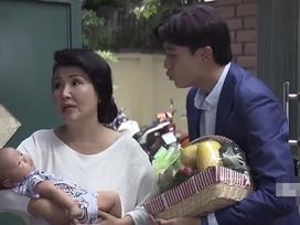 Bắt lỗi sai ngớ ngẩn phim 'Về Nhà Đi Con': Vũ mang giỏ trái cây bằng... nhựa sang biếu bố vợ