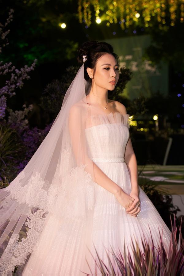 Cận cảnh 3 chiếc váy cưới chính thức trong hôn lễ với Cường Đô la giúp Đàm Thu Trang tỏa sáng như nàng công chúa bước ra từ chuyện cổ tích-3