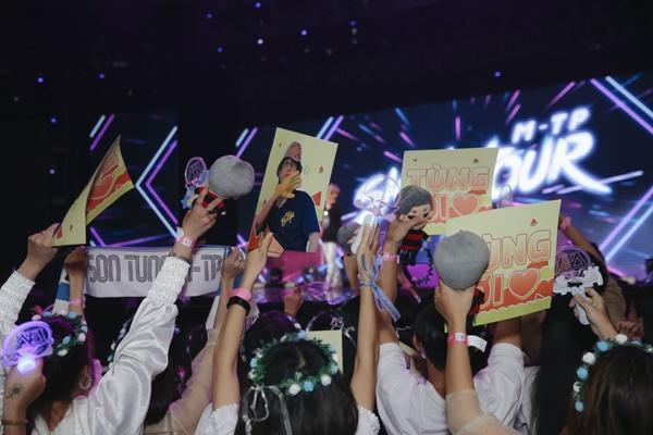 Sơn Tùng M-TP chơi lớn tặng luôn đồ hiệu trên người cho fan-2
