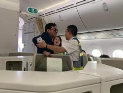 Đại gia bị tố sàm sỡ cô gái trên máy bay Vietnam Airlines: 'Anh… vấp té rồi bám lên thành ghế'