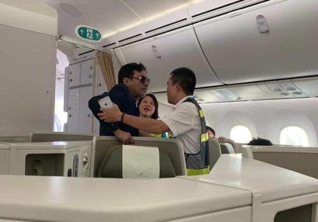 Đại gia bị tố sàm sỡ cô gái trên máy bay Vietnam Airlines: Anh… vấp té rồi bám lên thành ghế-2