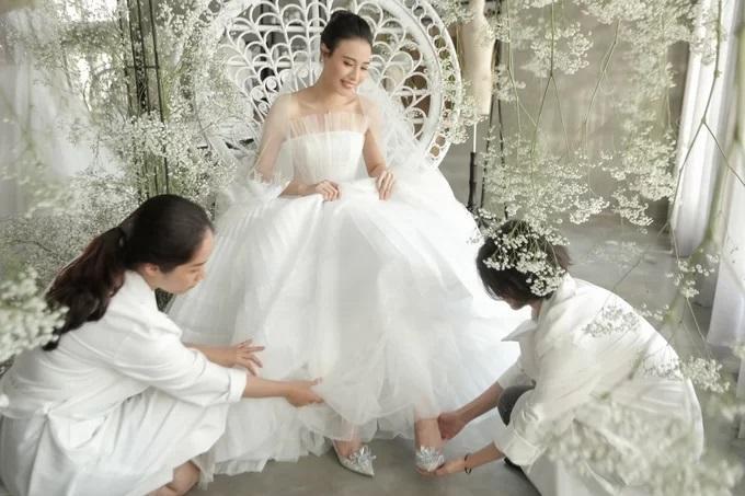 Cận cảnh 3 chiếc váy cưới chính thức trong hôn lễ với Cường Đô la giúp Đàm Thu Trang tỏa sáng như nàng công chúa bước ra từ chuyện cổ tích-2