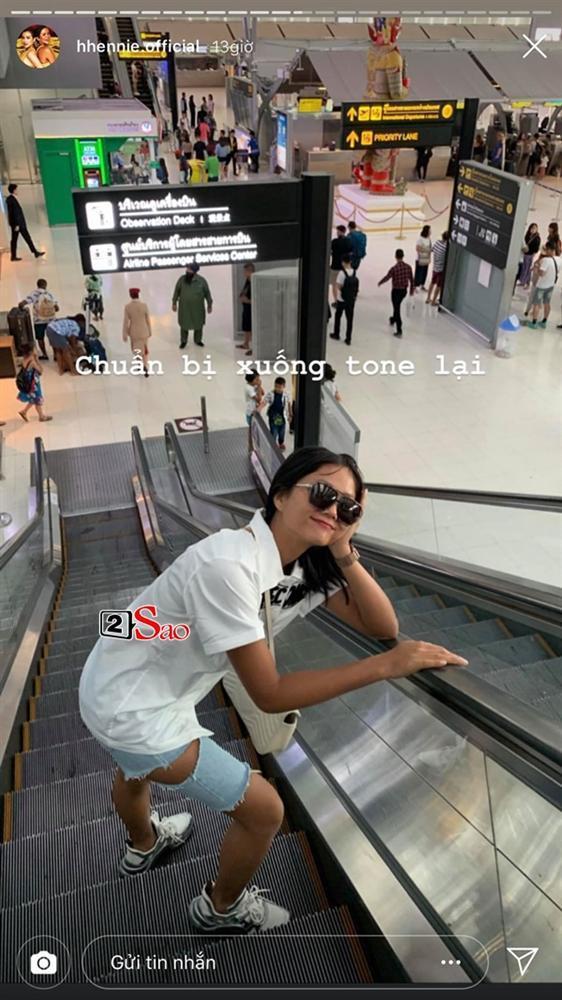 HHen Niê đi Sky Tour của Sơn Tùng M-TP với chiếc quần khoét quá nguy hiểm, suýt lộ vòng 3-3