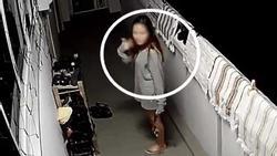 Clip: 2 gái xinh lén lút trộm giày phòng bên, khi thấy camera an ninh chĩa thẳng vào mới 'muối mặt' bỏ đi