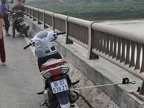 Cô gái trẻ để lại xe máy nhảy xuống sông Hồng mất tích: Nhắn tin vĩnh biệt bạn trai trước khi tự tử nhưng không nói rõ địa điểm-1