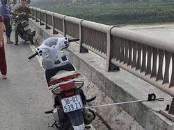 Cô gái trẻ để lại xe máy nhảy xuống sông Hồng mất tích: Nhắn tin vĩnh biệt bạn trai trước khi tự tử nhưng không nói rõ địa điểm