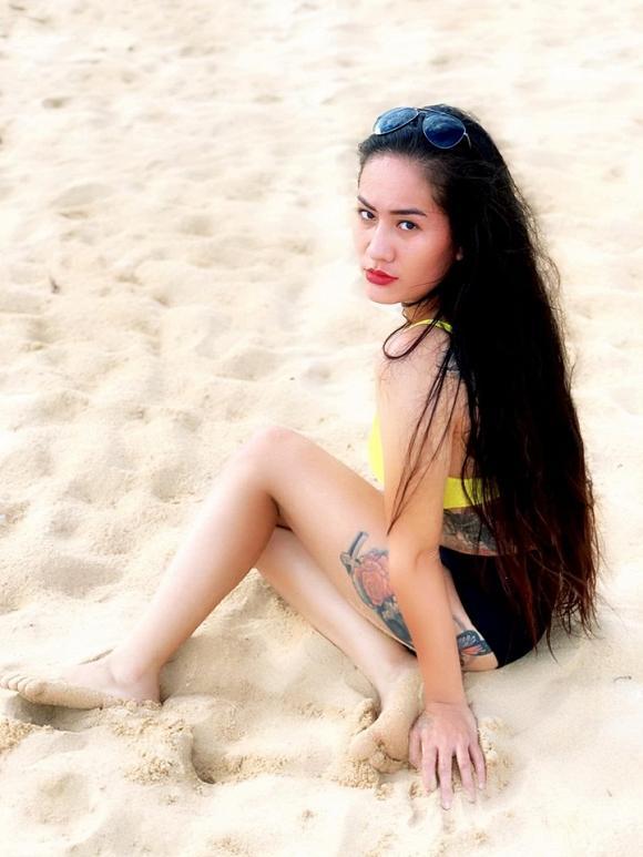 Diện bikini trên bãi biển, Minh Cúc Về Nhà Đi Con lộ hàng loạt hình xăm lớn-3