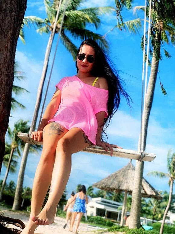 Diện bikini trên bãi biển, Minh Cúc Về Nhà Đi Con lộ hàng loạt hình xăm lớn-6