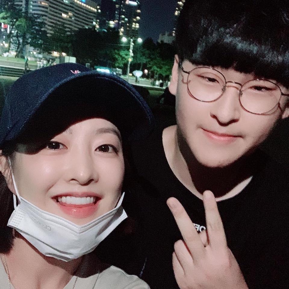Mỹ nhân Ông ngoại tuổi 30 Park Bo Young không ngại để mặt mộc, thoải mái chụp ảnh cùng fan-1