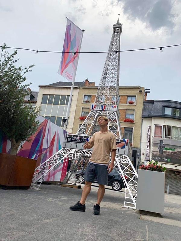 Công Phượng khoe ảnh ở nước Bỉ, tiết lộ bí kíp chụp ảnh ăn gian chiều cao khiến dân mạng cười bò-2