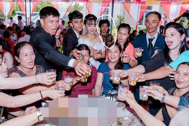 Xuất hiện gương mặt vàng trong làng chụp ảnh ké: Thập thò sau lưng cô dâu chú rể được thợ chụp ghi lại không trượt phát nào-1