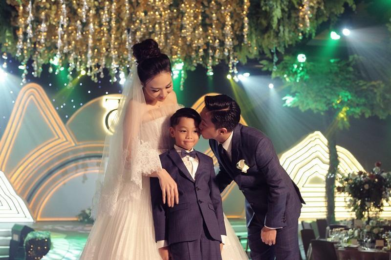 Vui duyên mới với Đàm Thu Trang, Cường Đô La vẫn không quên chăm sóc Subeo đến tận chân răng-7