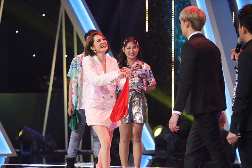 Hóa cô gái quàng khăn đỏ, Hương Giang kịch liệt tấn công trai đẹp khiến Trấn Thành ngỡ ngàng-1
