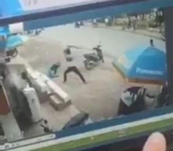 Clip: Thanh niên cầm kiếm chém điên cuồng khiến bảo vệ Điện Máy Xanh nằm gục ngay trước cửa hàng-1