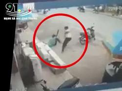 Clip: Thanh niên cầm kiếm chém điên cuồng khiến bảo vệ Điện Máy Xanh nằm gục ngay trước cửa hàng