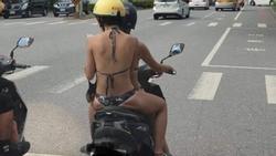 Hà Nội mưa to gió lớn cũng chẳng bằng hai cô gái diện mỗi đồ lót lái xe máy chạy ầm ầm trên phố