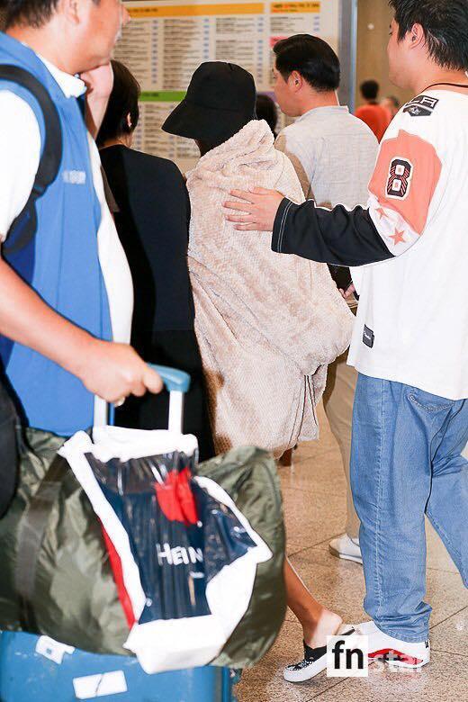 Mỹ nhân nhóm TWICE bật khóc khi bị chụp ảnh ở sân bay-5