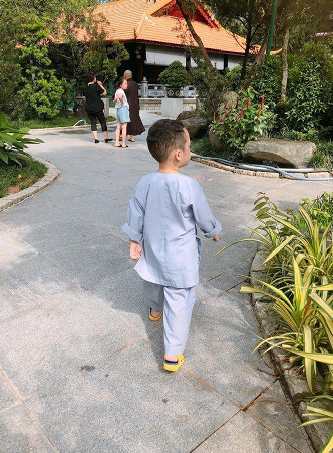 Đưa con trai lên chùa cầu bình an, single mom Ly Kute khiến ai nấy bất ngờ vì ngoại hình phổng phao, cao lớn của cậu bé-3