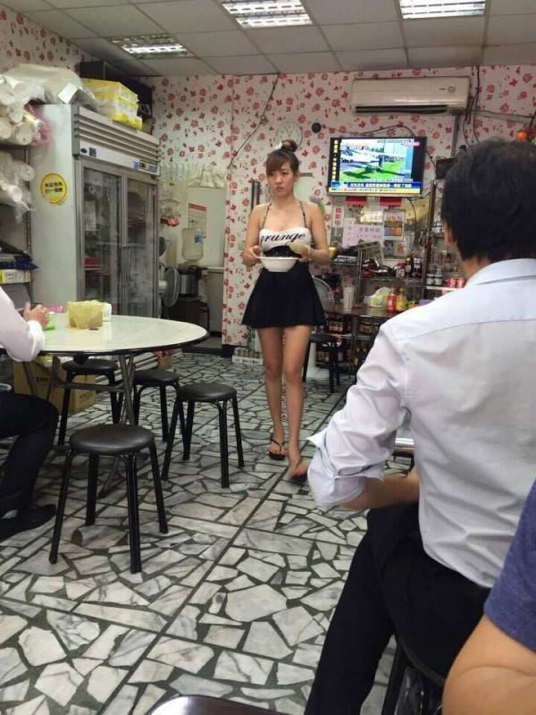 Quán ăn Việt tại Trung Quốc đắt khách nhờ cô bán hàng siêu bốc lửa-1