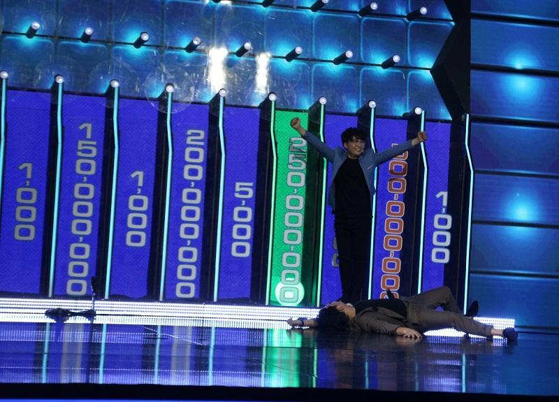 Đại Nghĩa ôm chặt Trường Giang, rơi nước mắt khi đoạt được giải thưởng cao kỷ lục gần 1 tỷ đồng-5