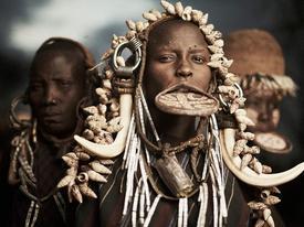 Bộ lạc thích đeo đĩa ở mồm, xăm lồi da để làm đẹp