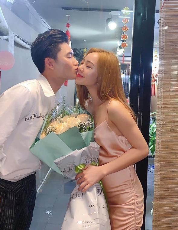 Lộ ảnh ăn mặc sexy ngồi lên đùi rồi hôn trai lạ, hot girl đình đám gốc Thái Bình khiến dân mạng choáng váng-3