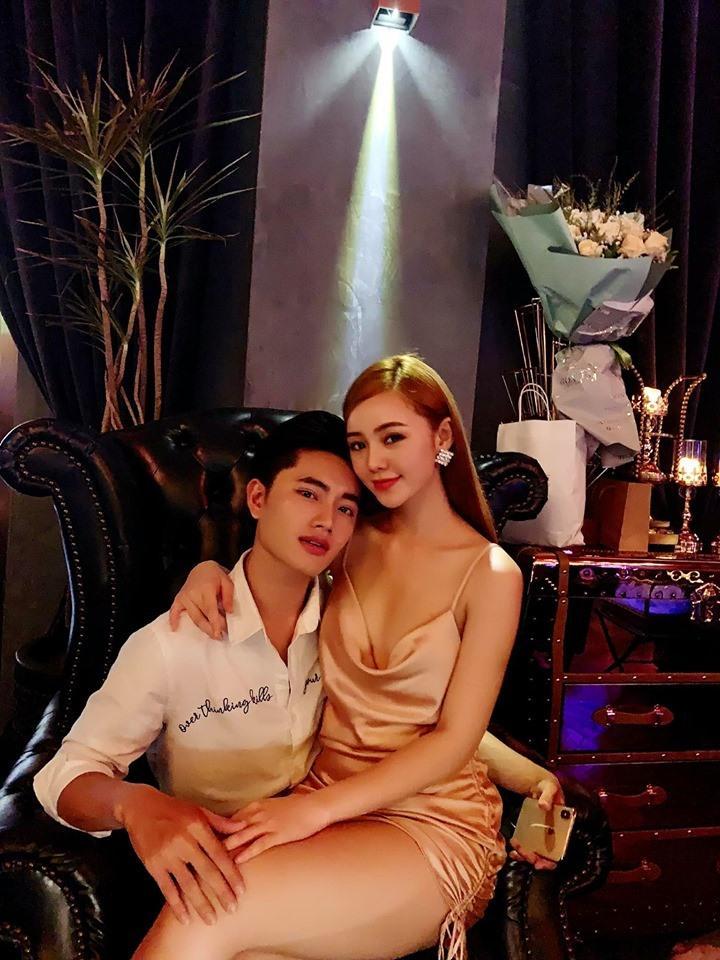 Lộ ảnh ăn mặc sexy ngồi lên đùi rồi hôn trai lạ, hot girl đình đám gốc Thái Bình khiến dân mạng choáng váng-2