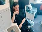 Tạo dáng sang chảnh trên máy bay nhưng Hồ Ngọc Hà lại bị bạn thân soi để tóc rối
