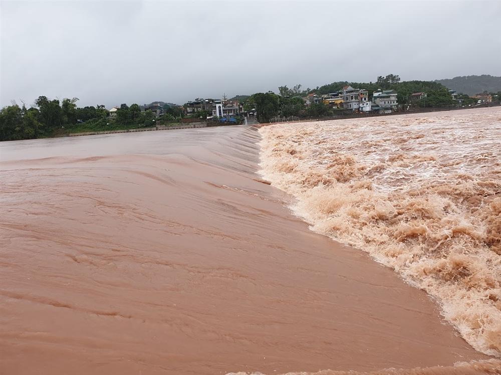 Video lũ cuồn cuộn trên sông ở Quảng Ninh, đắm 2 thuyền hàng-1