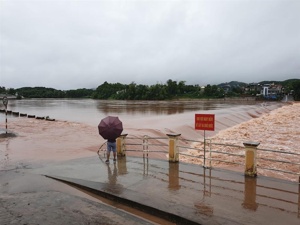 Video lũ cuồn cuộn trên sông ở Quảng Ninh, đắm 2 thuyền hàng-2