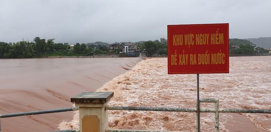 Video lũ cuồn cuộn trên sông ở Quảng Ninh, đắm 2 thuyền hàng-3