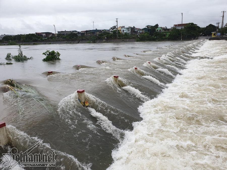 Video lũ cuồn cuộn trên sông ở Quảng Ninh, đắm 2 thuyền hàng-4