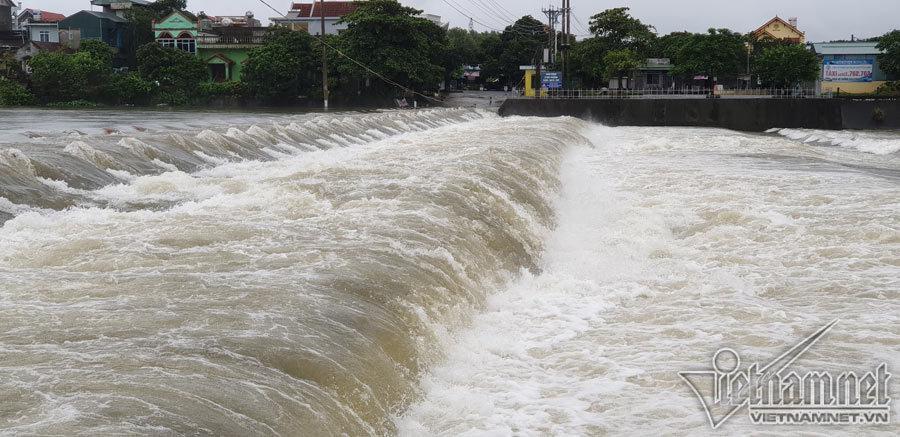 Video lũ cuồn cuộn trên sông ở Quảng Ninh, đắm 2 thuyền hàng-5