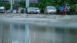 Mưa lớn kéo dài, đường Hà Nội ngập sâu cả ngày