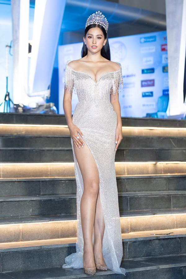 Lương Bằng Quang sánh bước dàn hoa hậu đình đám trên thảm đỏ Miss World Vietnam 2019-2