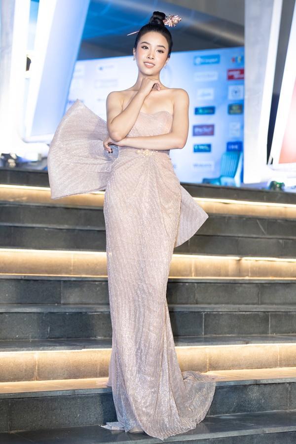 Lương Bằng Quang sánh bước dàn hoa hậu đình đám trên thảm đỏ Miss World Vietnam 2019-10