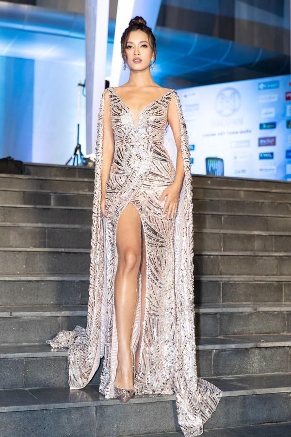 Lương Bằng Quang sánh bước dàn hoa hậu đình đám trên thảm đỏ Miss World Vietnam 2019-13