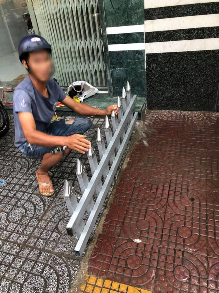 Một gia đình lắp rào chắn trên vỉa hè bằng chông nhọn hoắt để… trả thù hàng xóm-2