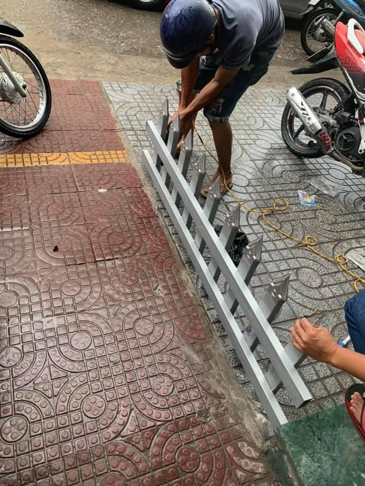 Một gia đình lắp rào chắn trên vỉa hè bằng chông nhọn hoắt để… trả thù hàng xóm-4