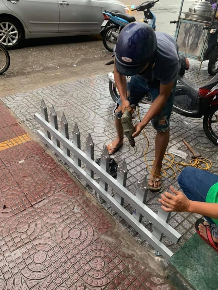 Một gia đình lắp rào chắn trên vỉa hè bằng chông nhọn hoắt để… trả thù hàng xóm-5
