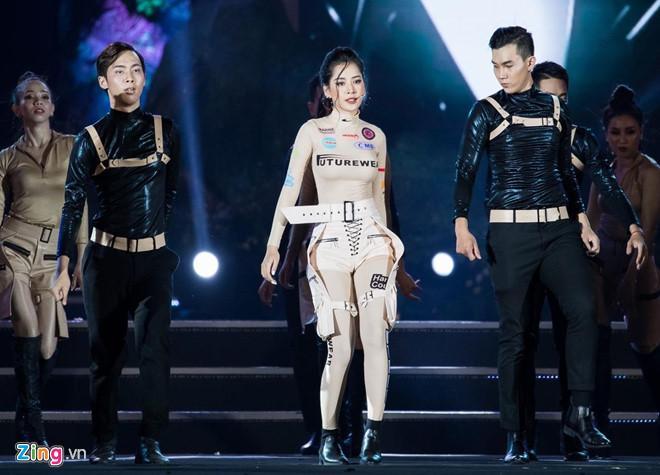 Chi Pu ngã sấp xuống sàn sân khấu Hoa hậu Thế giới Việt Nam 2019-1